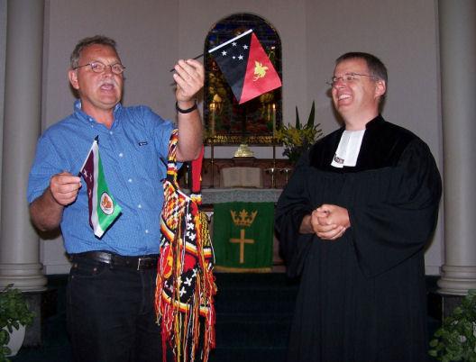 Rolf Strobelt überreicht Abschiedsgeschenk an Pastor Dirk Wnendt