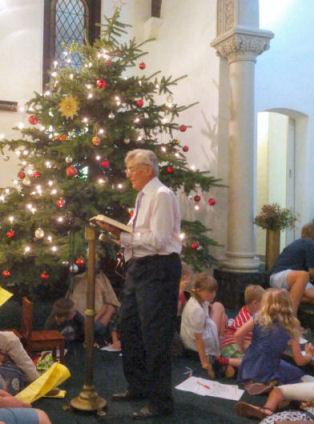 Karl liest die Weihnachtsgeschichte